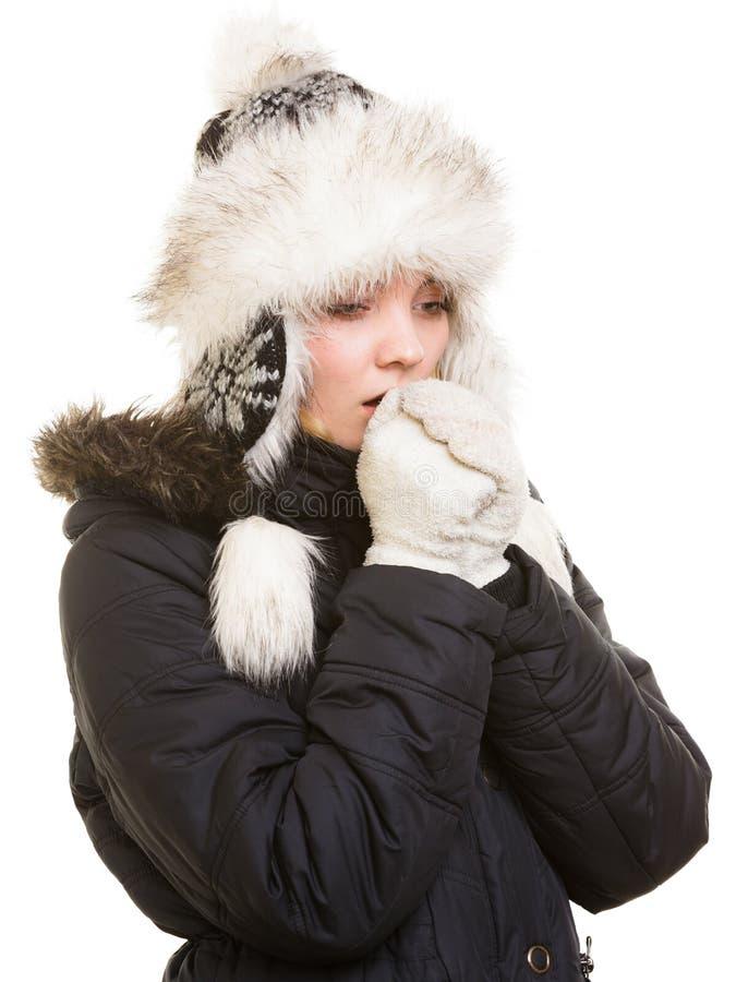 De vakantie van de winter Het bevriezen meisje die haar handen verwarmen royalty-vrije stock afbeeldingen