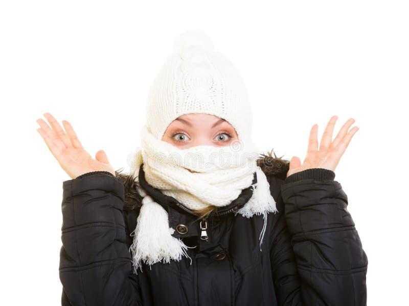 De vakantie van de winter Meisje die gezicht behandelen met sjaal stock foto
