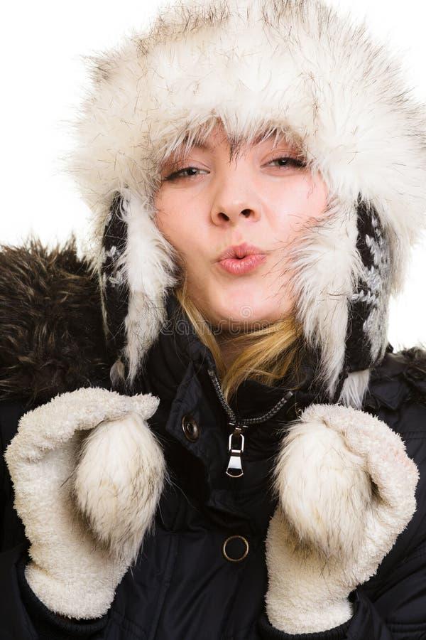 De vakantie van de winter Vrolijk meisje in warme kleren royalty-vrije stock foto