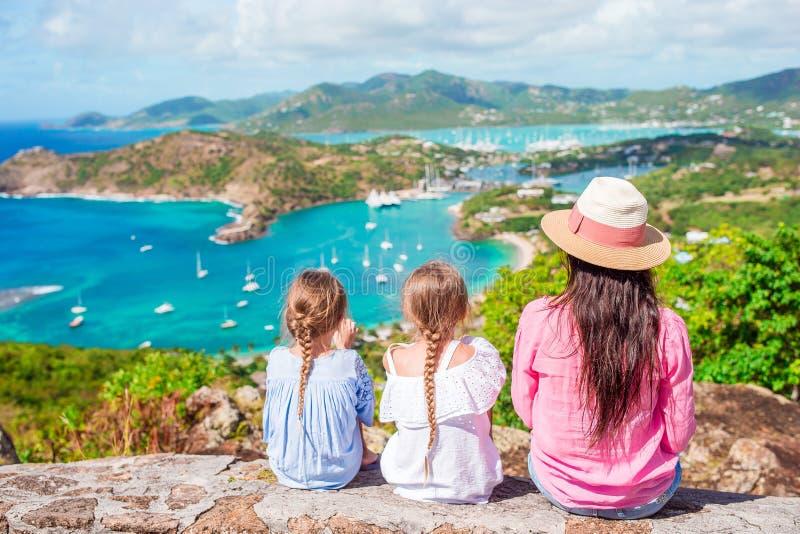 De vakantie van de familie Mening van Engelse Haven van Shirley Heights, Antigua, paradijsbaai bij tropisch eiland in de Caraïben stock fotografie