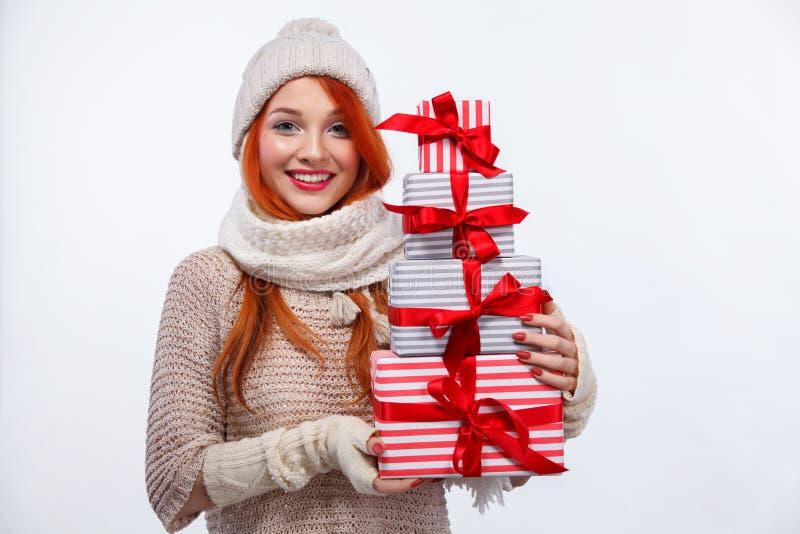 De vakantie van Kerstmis en van het Nieuwjaar Gelukkige de giftdozen van de vrouwenholding op witte achtergrond in zwarte vrijdag stock foto's