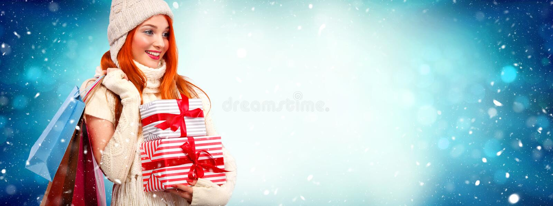 De vakantie van Kerstmis en van het Nieuwjaar Gelukkige readheadvrouw met giften Het winkelen de giftdozen van de vrouwenholding  stock fotografie