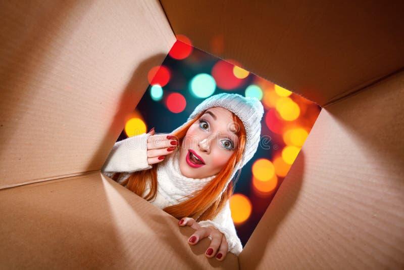 De vakantie van Kerstmis en van het Nieuwjaar Gelukkige vrouwen open gift boxe op de winterachtergrond met lichten stock afbeelding