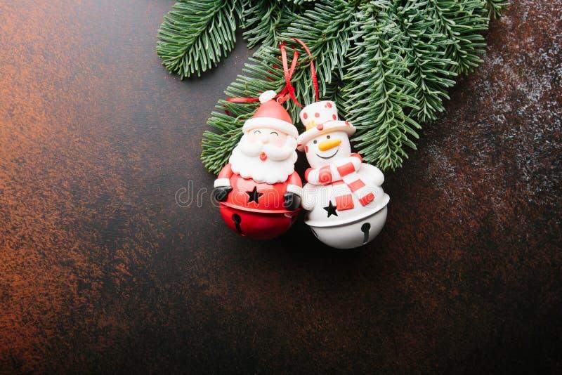 De Vakantieachtergrond van het Kerstmisnieuwjaar Santa Claus, sneeuwman, en takboom op donkere achtergrond royalty-vrije stock afbeeldingen