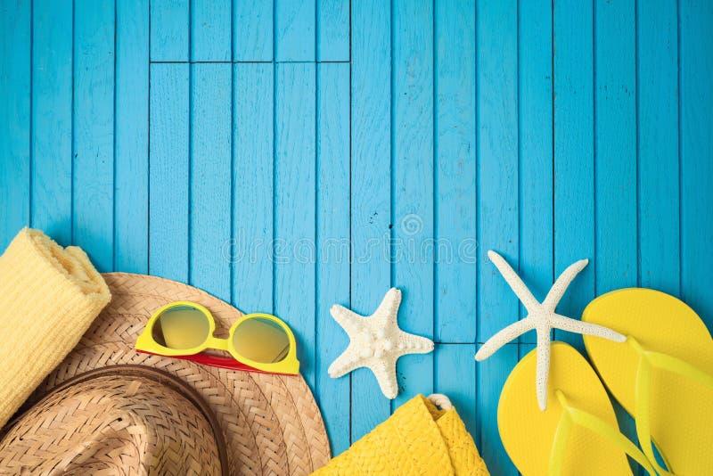 De vakantieachtergrond van de de zomervakantie met strandtoebehoren op houten lijst stock fotografie