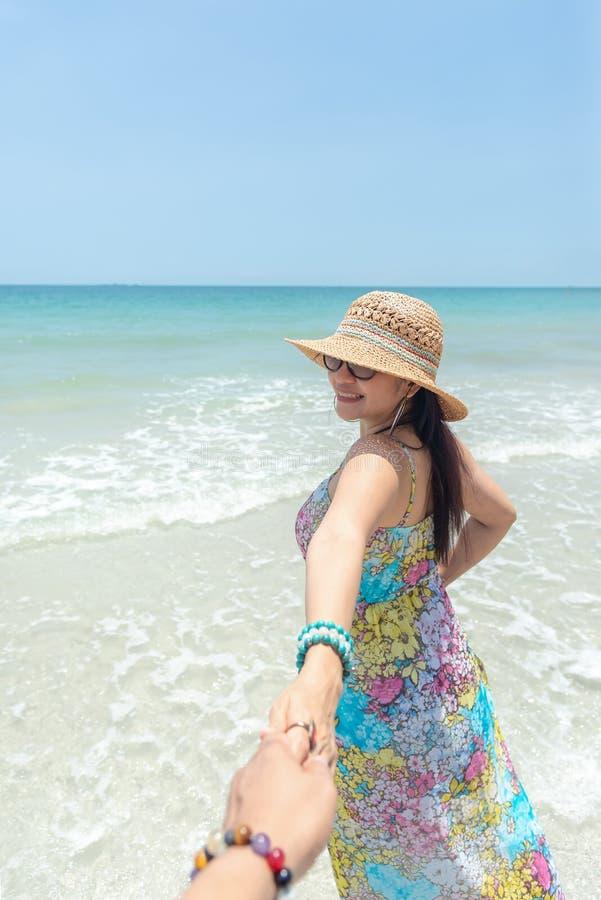 De de vakantiereis van de paarzomer, Vrouw het lopen op romantische wittebroodsweken en ontspant op zandstrand in vakantie die ha royalty-vrije stock afbeelding