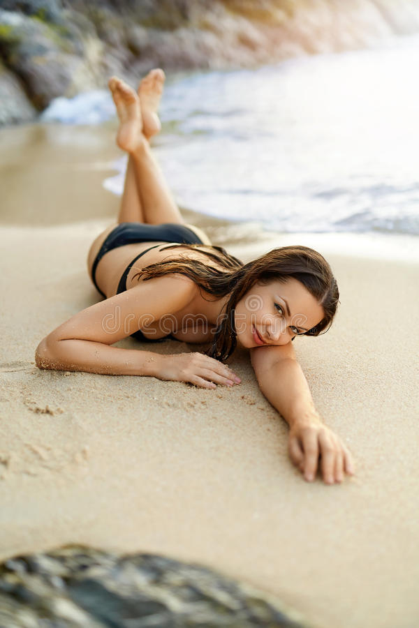 De vakanties van de zomer Vrouw die op strand ligt Gezonde Levensstijl Trave royalty-vrije stock fotografie