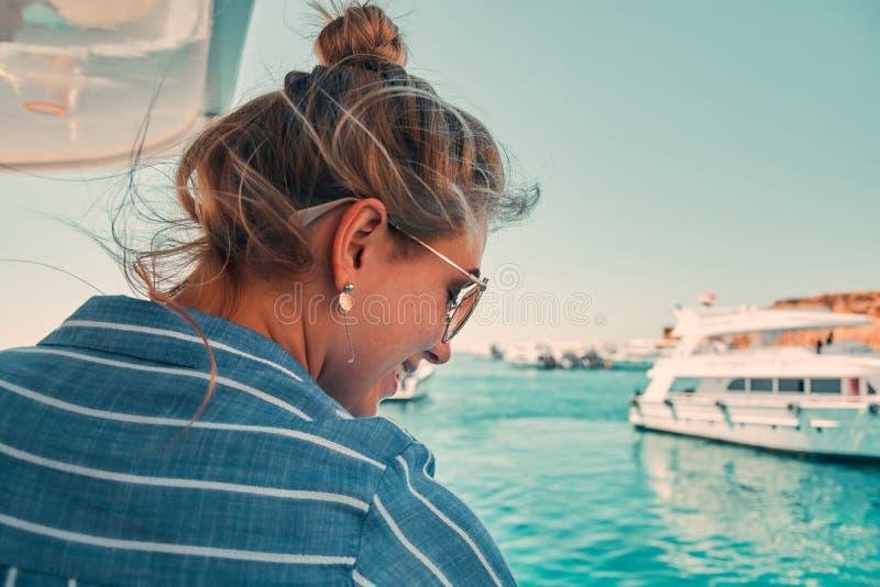De vakantievrouw die van het cruiseschip reis van vakantie op zee genieten Vrij onbezorgd gelukkig meisje die oceaan of overzees  royalty-vrije stock afbeeldingen