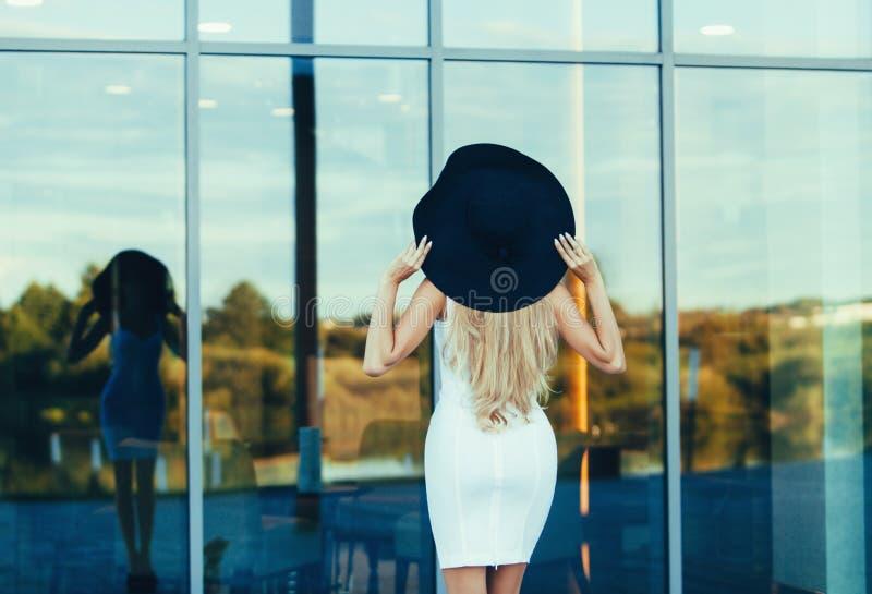 De vakantievrouw van de luxereis royalty-vrije stock afbeeldingen