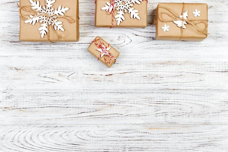 De vakjes van de Kerstmisgift op houten lijst Hoogste mening met exemplaarruimte royalty-vrije stock afbeeldingen