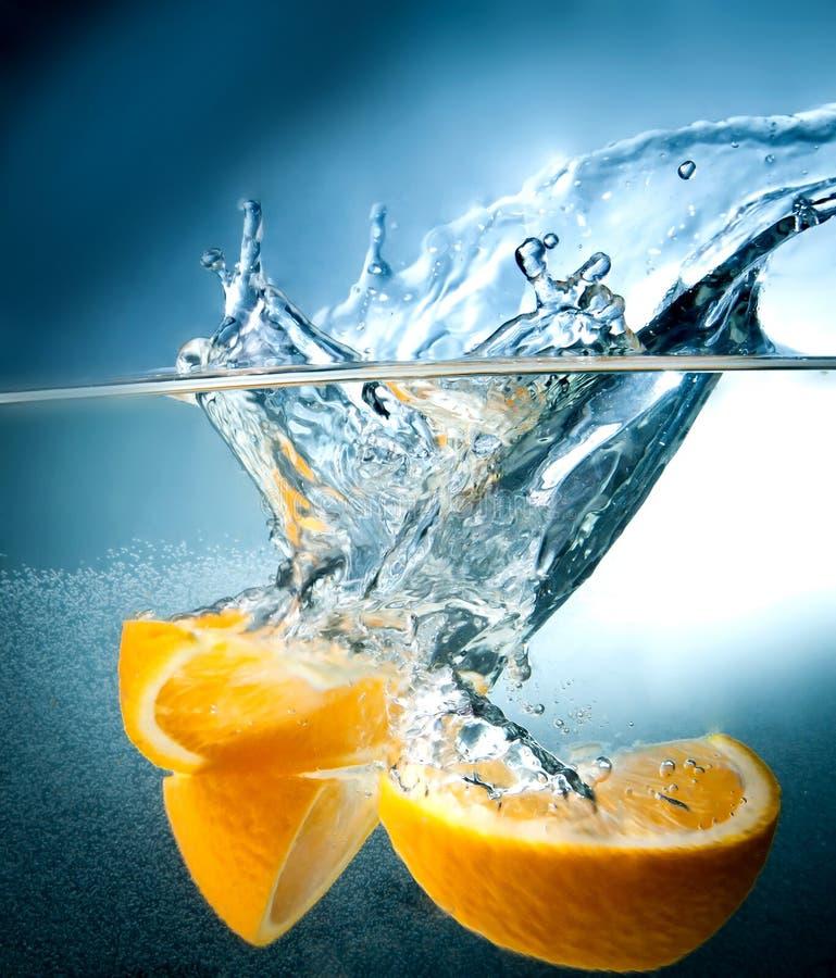 De val van de citrusvrucht in het water royalty-vrije stock afbeeldingen