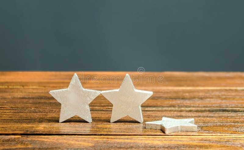 De val van de derde ster Het begrip 'vallende rating hotel of restaurant' Verslechtering van de kwaliteit van de dienstverlening  stock afbeelding