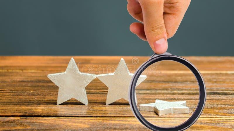 De val van de derde ster Het begrip 'vallende rating hotel of restaurant' Verslechtering van de kwaliteit van de dienstverlening  stock fotografie