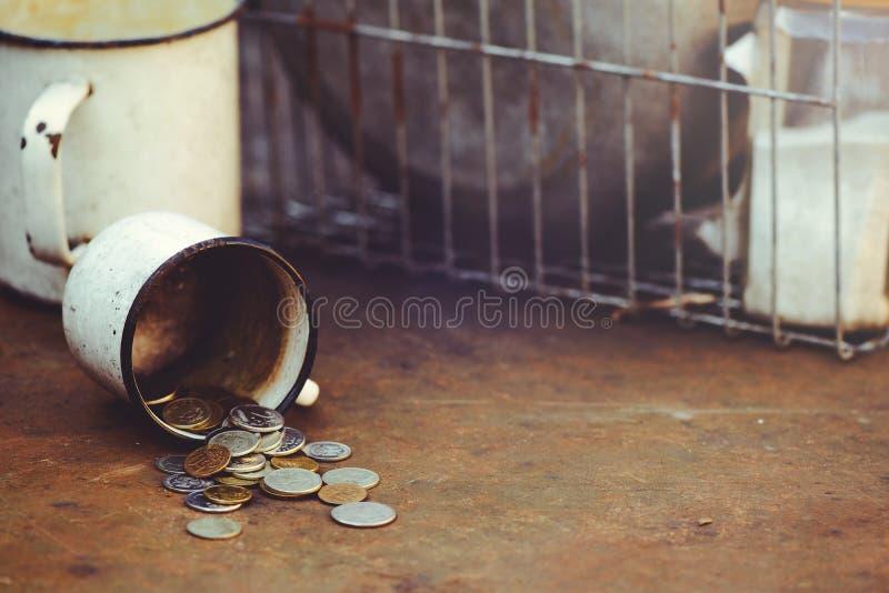 De val van de Russische roebel, de armoede en de armoede verspreidde muntstukken in de oude cirkel op een roestige achtergrond, s stock afbeelding