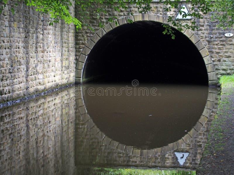 de valingroyd - tunnel op het kanaal van rochdale in hebden bridge , gebouwd om het kanaal onder de weg a58 te vervoeren royalty-vrije stock afbeeldingen