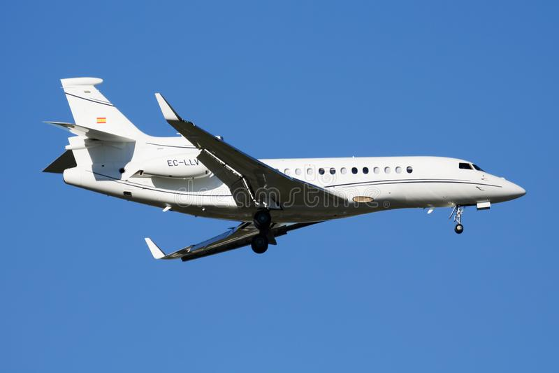 De Valk7x EG-LLV van bedrijfs Dassault straal privé vliegtuig die bij de Luchthaven van Madrid landen Barajas royalty-vrije stock foto