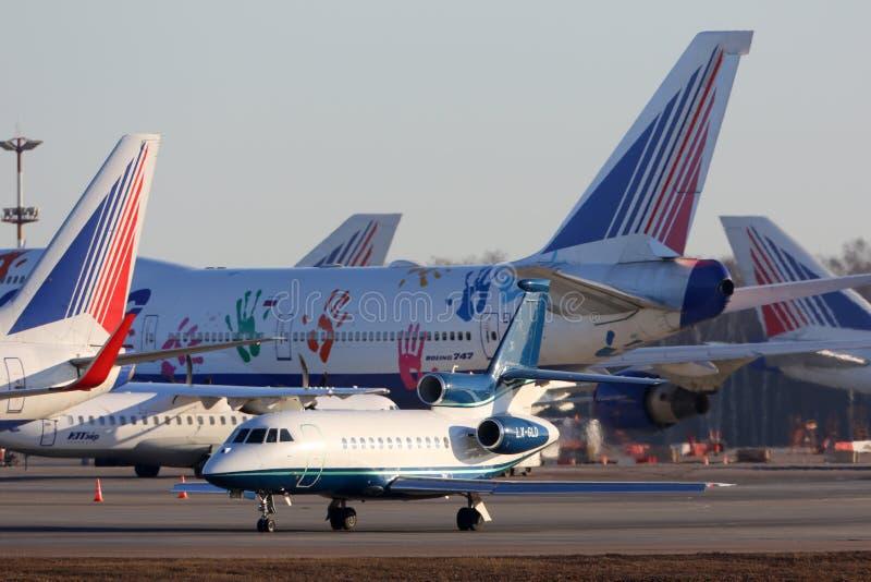 De Valk F900 lx-GLD die van Dassault bij de internationale luchthaven van Vnukovo taxi?en royalty-vrije stock afbeelding
