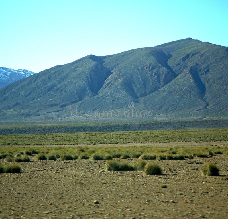 De vallei in Afrika Marokko de grond van de atlas droge berg isoleert stock afbeelding