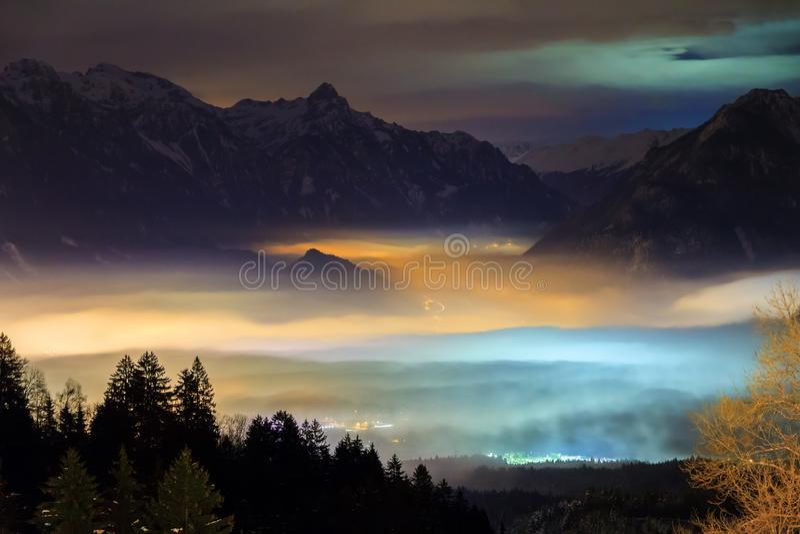 De vallei betrekt landschap bij nacht royalty-vrije stock fotografie