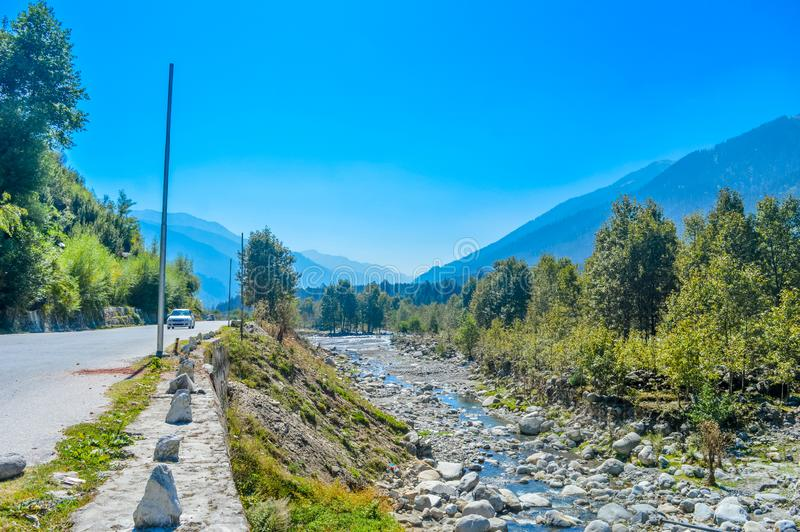 De vallei HIMACHAL PRADESH, INDIA van Himalayan van de panoramamening, royalty-vrije stock afbeelding