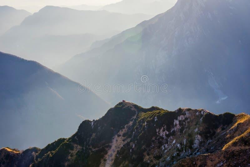 De vallei met Bivacco Dino kampeert, Udine, Italië stock afbeeldingen