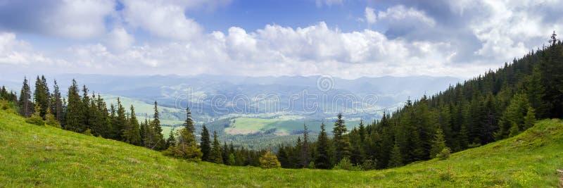 De vallei van de berg Panorama van bergketen in Karpatische Bergen stock afbeeldingen