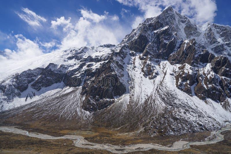 De vallei van de bergenpheriche van Himalayagebergte en Taboche-piek royalty-vrije stock afbeelding