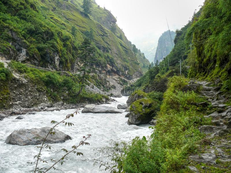 De vallei van de Marsyangdirivier dichtbij Dharapani-dorp - Nepal royalty-vrije stock afbeelding