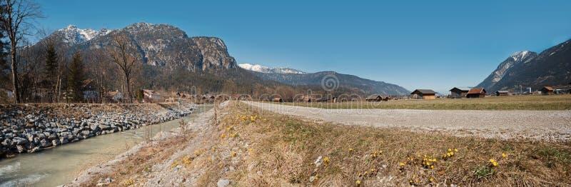 De vallei van de panoramarivier loisach dichtbij garmisch stock afbeelding