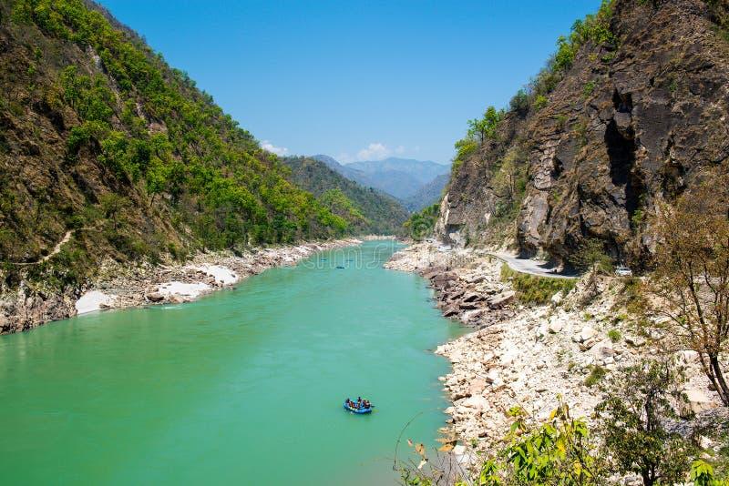 De vallei van de troeprivier en rafting boot dichtbij Rishikesh stock afbeelding