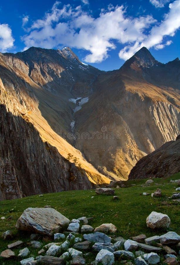 De vallei van Himalayagebergte royalty-vrije stock afbeelding
