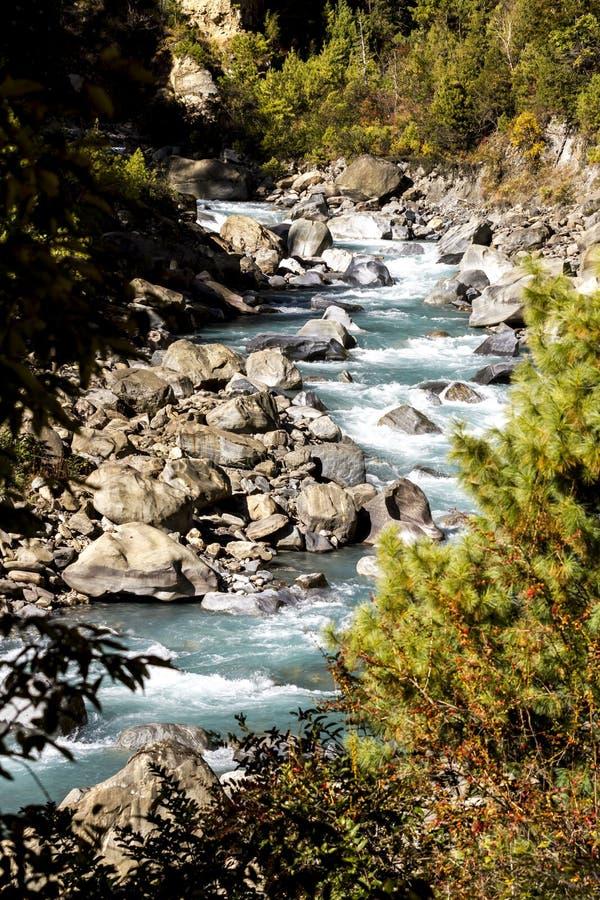 De vallei van de Marsyangdirivier Himalayagebergte, Annapurna-Behoudsgebied Bergrivier in Nepal stock afbeelding