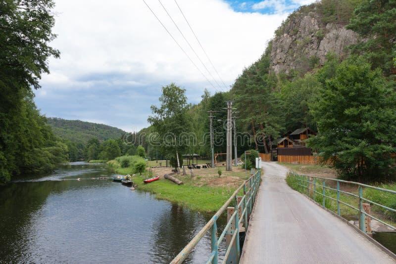 De vallei van rivier Jihlava, Tsjechische Republiek in de de zomerdag stock afbeelding