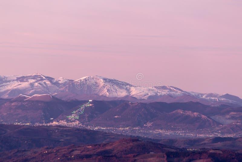 De vallei van Umbrië in de winter, met een mening van Gubbio-stad met groot, Li royalty-vrije stock fotografie