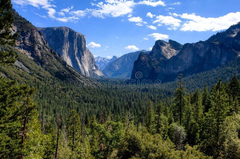 De Vallei van Yosemite met Blauwe Hemel en Wolken stock fotografie