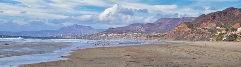 De Valleilandschappen en Strand van La Mision in Mexico op de Westkust een kleine canion dichtbij de Vreedzame Oceaan die de Deur stock afbeeldingen