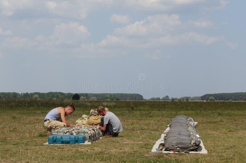 De valschermen van de Skydiversstapel stock foto