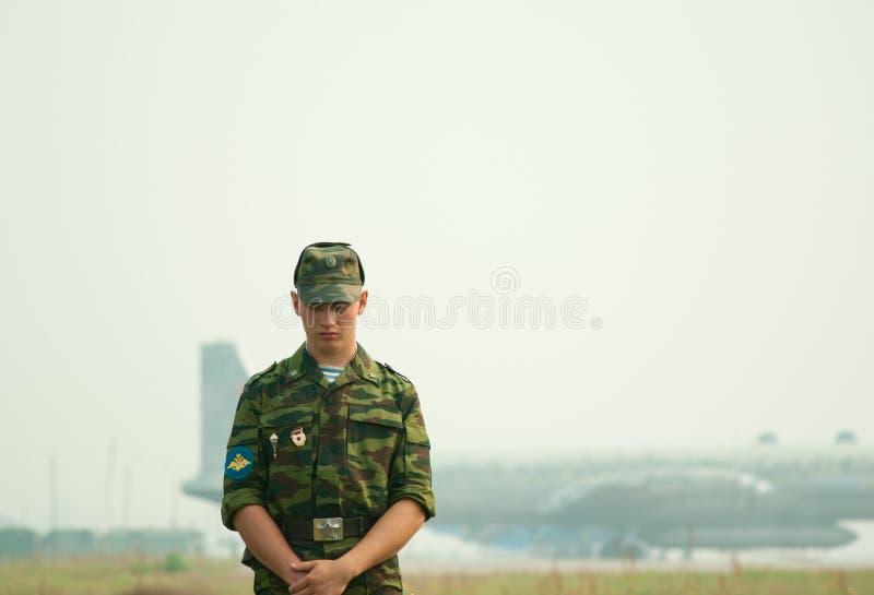 De valschermjager bewaakt de perimeter van luchtmachtbasis stock afbeelding