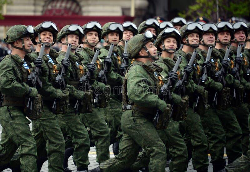 De valschermjagers van de 331st bewaakt Valschermregiment van Kostroma tijdens de generale repetitie van de parade op Rood Vierka royalty-vrije stock foto