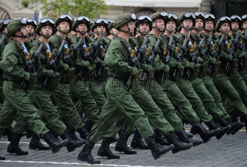 De valschermjagers van de 331st bewaakt Valschermregiment van Kostroma tijdens de generale repetitie van de parade op Rood Vierka stock fotografie