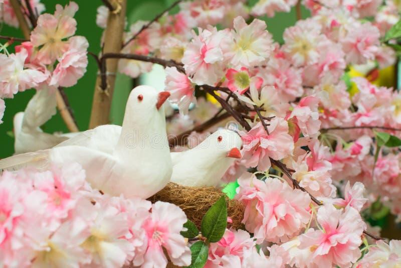 De valse bloemen en de valse vogels worden gebruikt om de schoonheid van t te verfraaien stock afbeelding