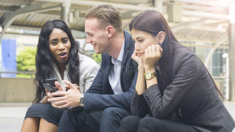 De van bedrijfs groepsmensen gebruiks slimme telefoon met vrouw voelt beklemtoonde a stock foto's