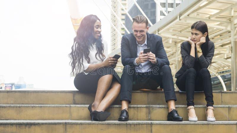 De van bedrijfs groepsmensen gebruiks slimme telefoon met vrouw voelt beklemtoonde a royalty-vrije stock fotografie