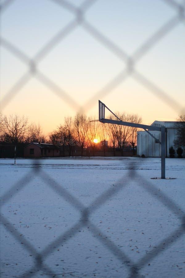 De van de basketbalhof en draad omheining stock foto's