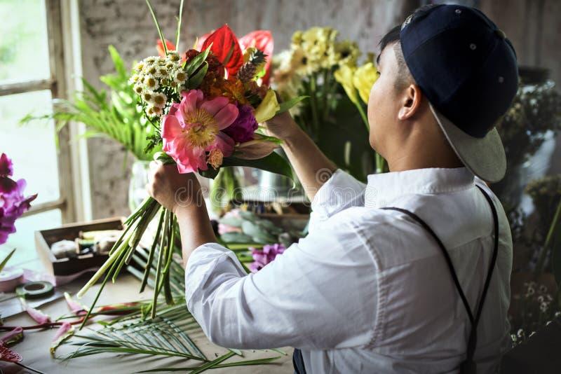 De van de bedrijfs bloemwinkel eigenaar werkende dienst royalty-vrije stock fotografie