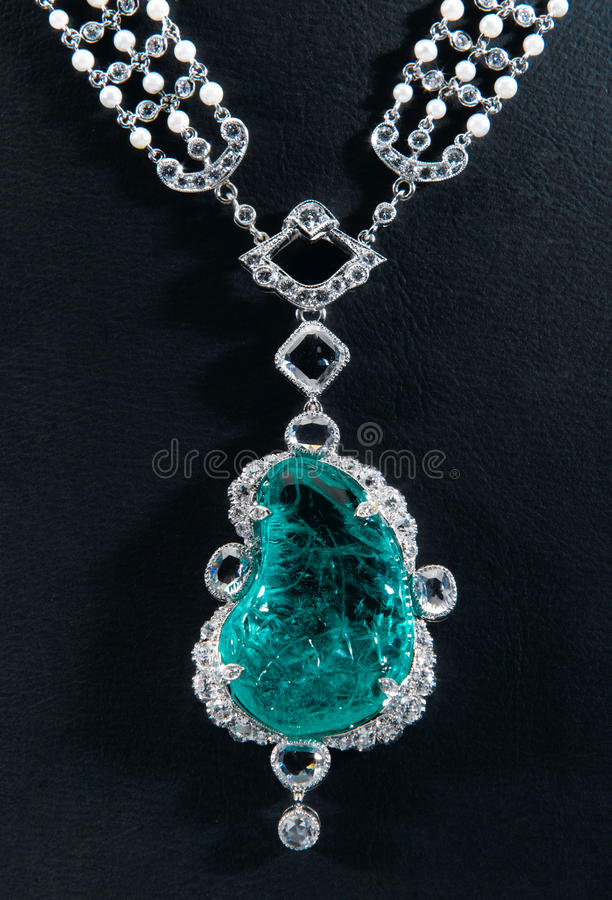 De van de diamanthalsband en saffier tegenhanger stock afbeeldingen