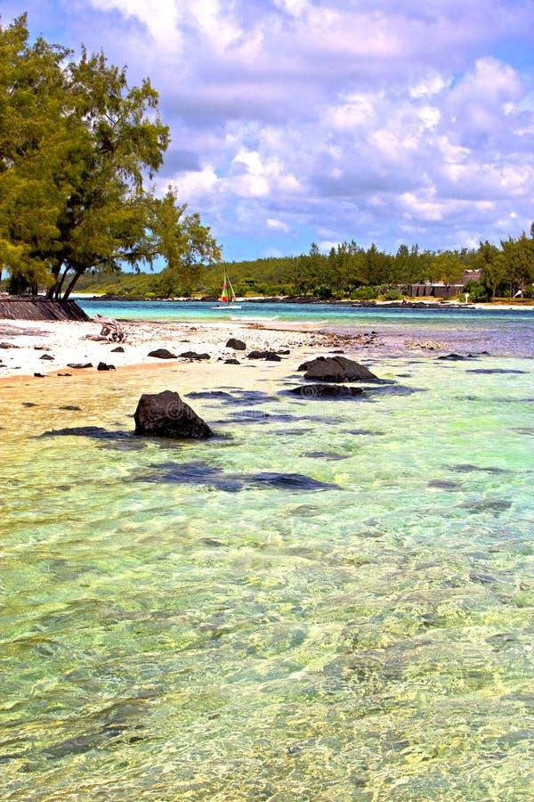 de van het het strandzand van Zanzibar de het eilandenhemel en rots stock foto