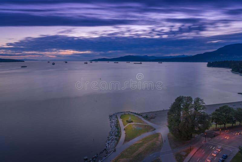 De Vancouver Canada AVANT JÉSUS CHRIST, juin 2018 nuages pelucheux de coucher du soleil au-dessus de baie anglaise images stock