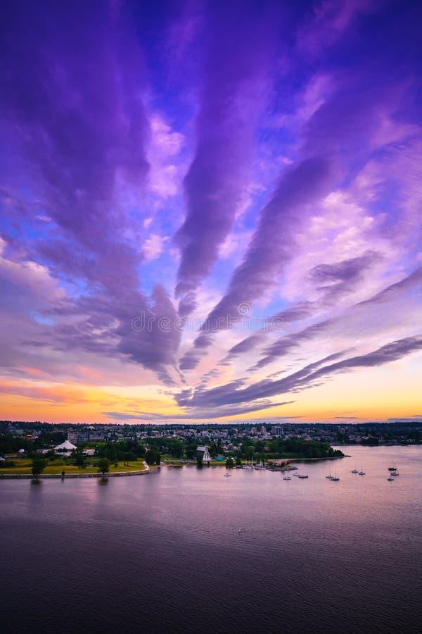 De Vancouver Canada AVANT JÉSUS CHRIST, juin 2018 nuages pelucheux de coucher du soleil au-dessus de ciel de ville photo stock