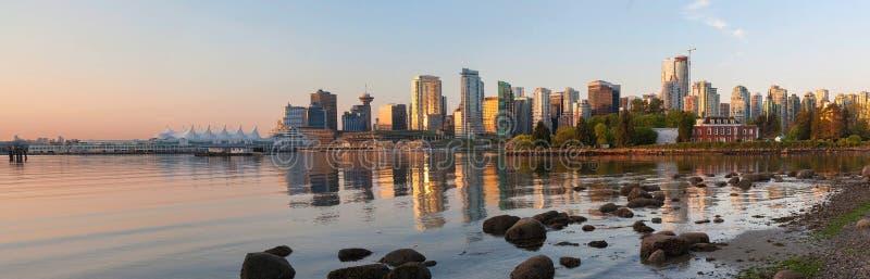De Vancouver horizonte A.C. de Stanley Park en el panorama de la salida del sol imagenes de archivo